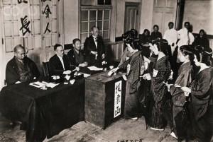 Kobiety głosujące w Japonii [zdjęcie archiwalne]